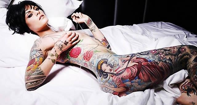 床上的全裸紋身美女圖片