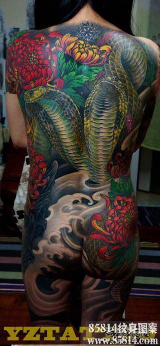 霸气的美女满背眼镜蛇纹身图案