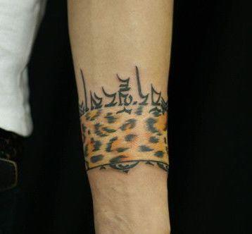 手臂好看的豹纹臂环纹身图案
