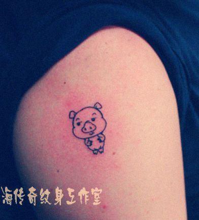 手臂可爱的卡通小猪纹身图案