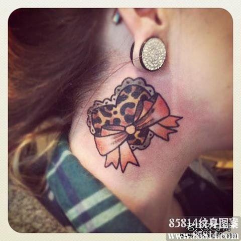 女生脖子处蝴蝶结豹纹爱心纹身图案