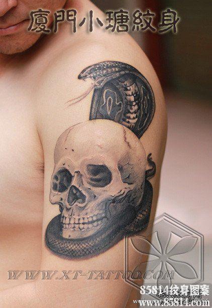 男人手臂帅气的眼镜蛇与骷髅纹身图案