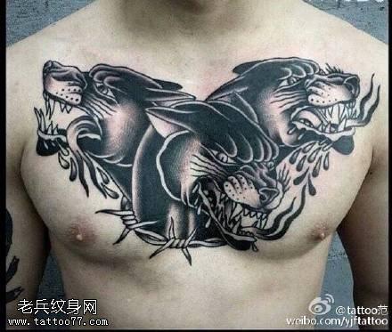 胸部经典的豹头纹身图案