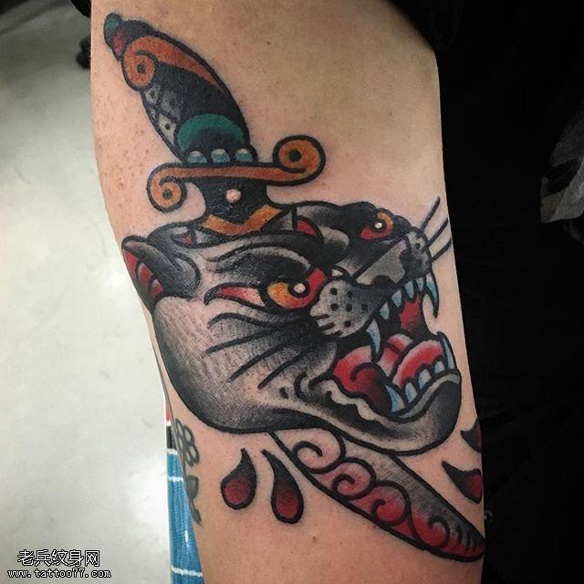 手臂上匕首刺豹头纹身图案