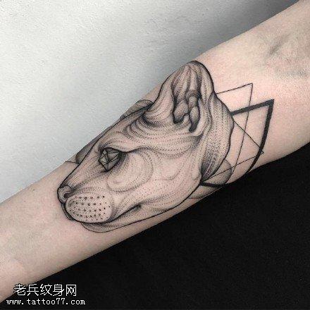 手臂点刺的小狗纹身图案