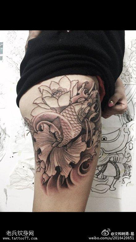 臀部的荷花锦鲤纹身图案