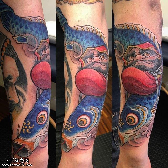 小臂上的日本锦鲤纹身图案
