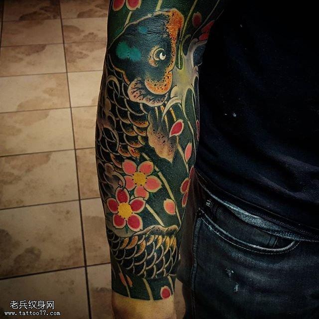手臂黑灰日本风锦鲤纹身图案