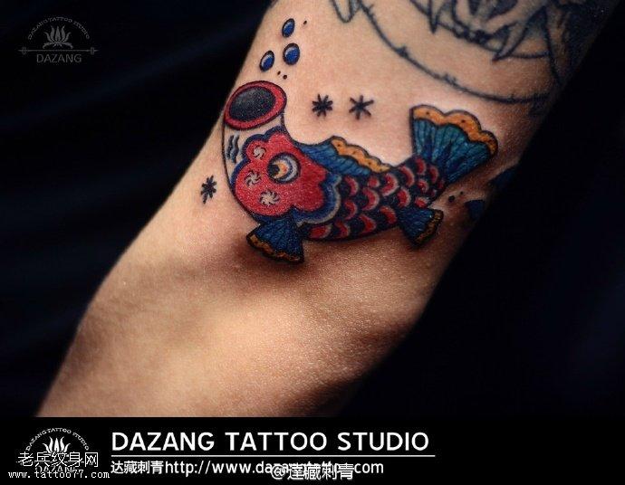 手臂上日本锦鲤纹身图案