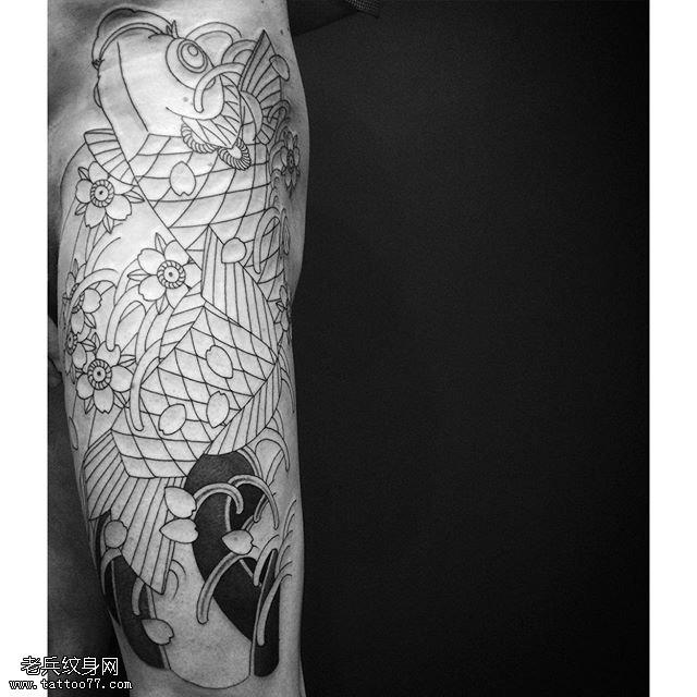 臀部点刺线条锦鲤纹身图案