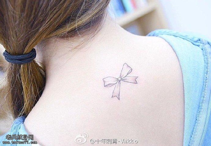 背部清新的小蝴蝶結紋身圖案