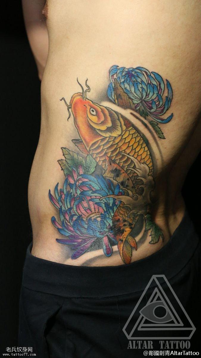 腹部彩绘锦鲤菊花纹身图案