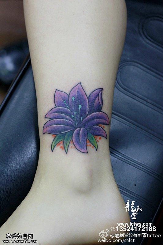 脚腕上优美的百合花纹身图案