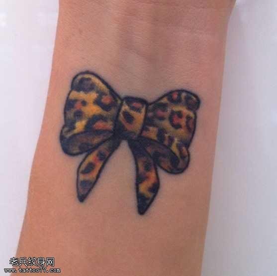 手腕豹纹蝴蝶结纹身图案