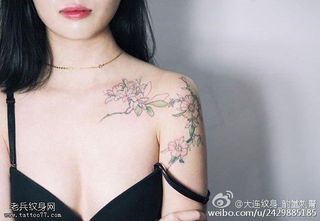 肩部優美清新的花卉紋身圖案
