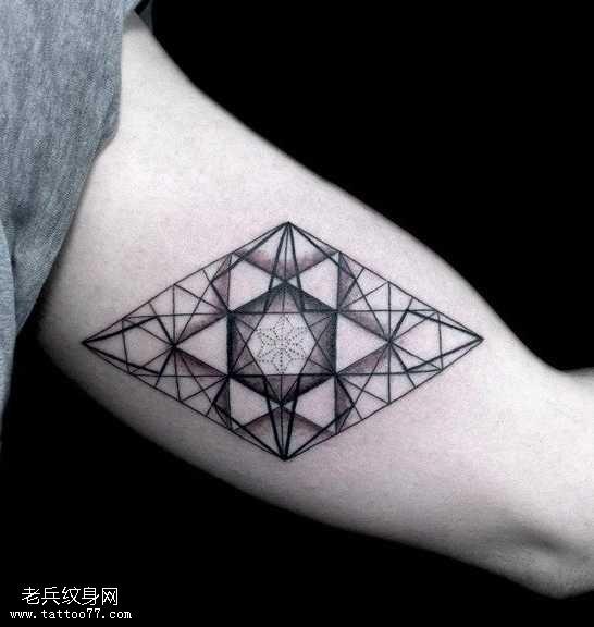 手臂帅气的六芒星纹身图案
