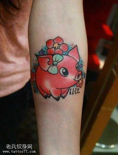 手臂可爱经典的小猪纹身图案