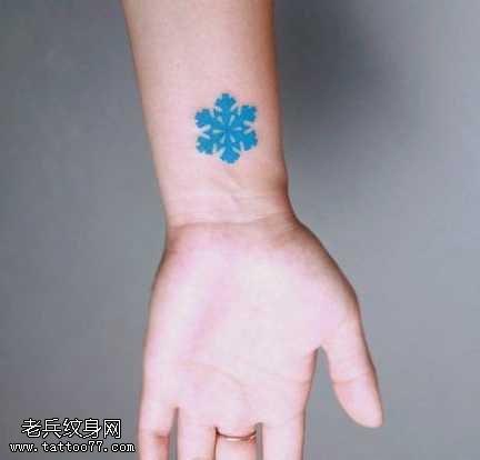 手腕潮流蓝色雪花纹身图案