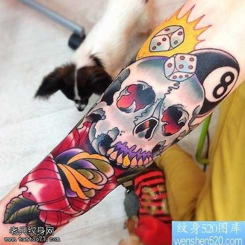 手臂彩色玫瑰花骷髏頭紋身圖案
