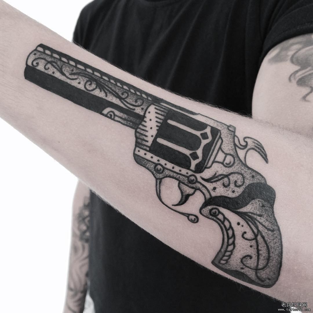 小臂手槍點刺黑灰紋身圖案