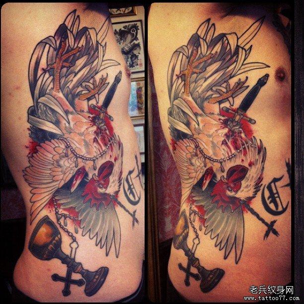 侧腰公鸡匕首十字架纹身图案