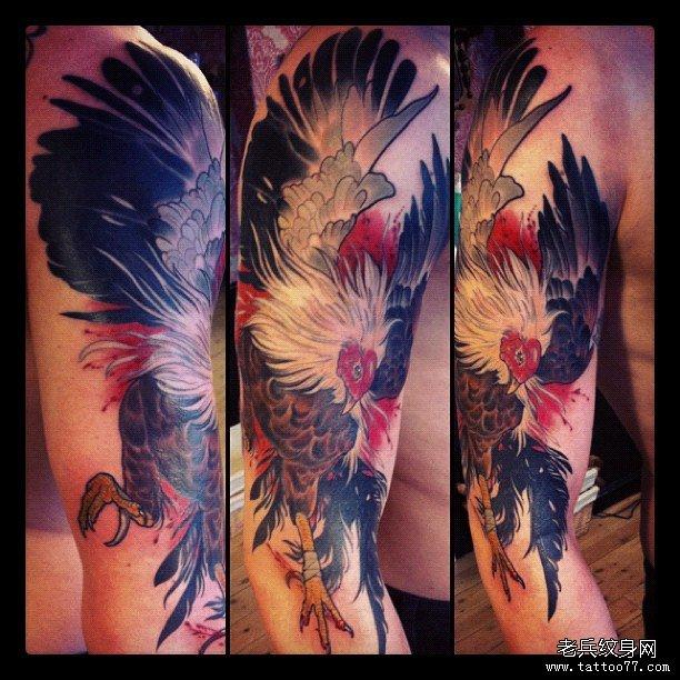 大臂漂亮的公鸡纹身图案