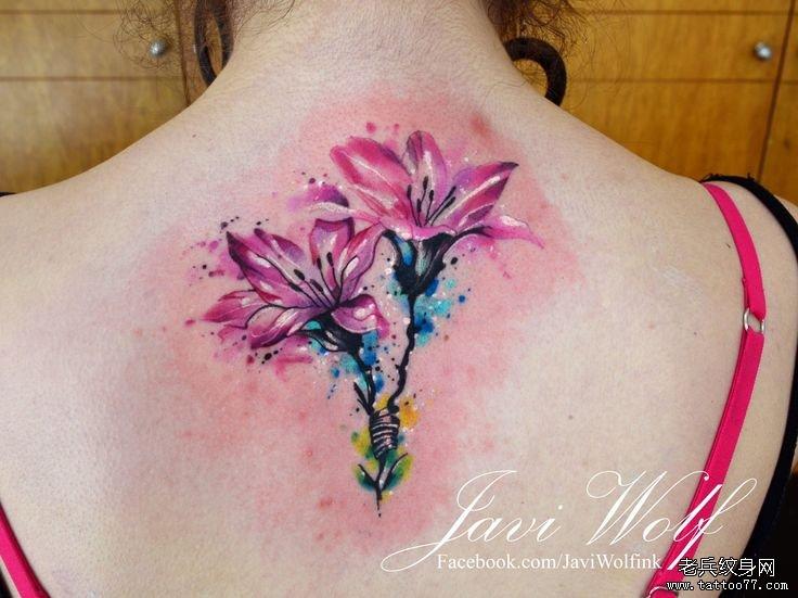 背部小清新百合花彩色泼墨花卉纹身图案