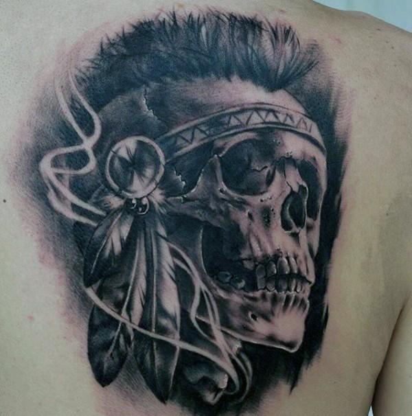 背部黑灰风格印度骷髅和羽毛纹身图案