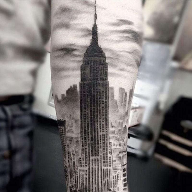 手臂写实逼真的黑白美国帝国大厦纹身图案