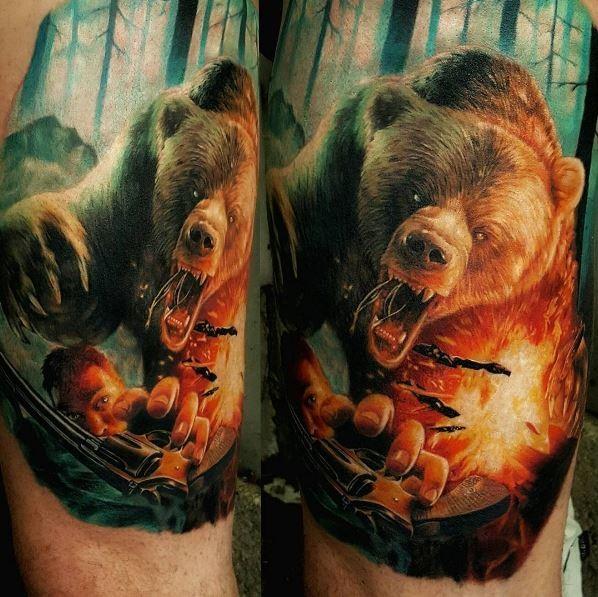 手臂邪惡熊攻擊男子與手槍紋身圖案