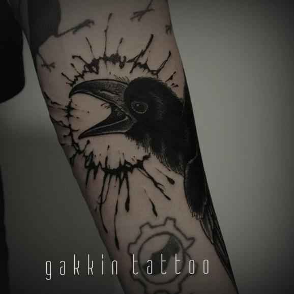 手臂黑色的乌鸦纹身图案