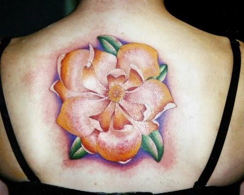 背部优雅的彩色花朵纹身图案