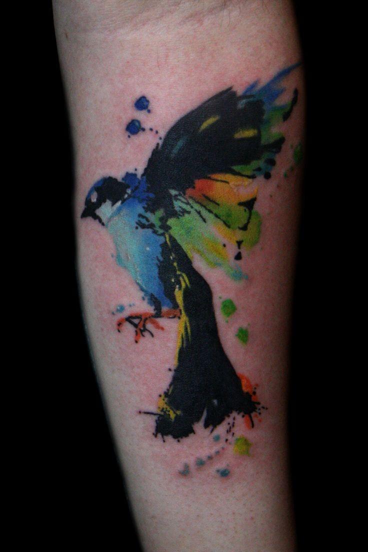 小臂彩色鲜艳的小鸟纹身图案