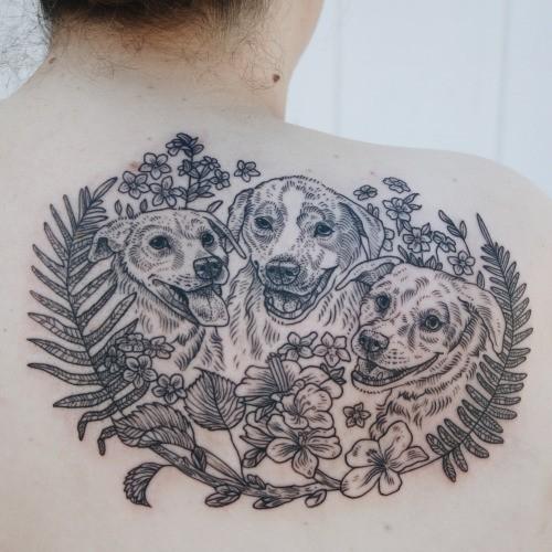 背部雕刻风格黑色狗家庭和野花纹身图案