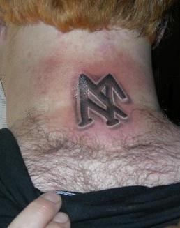 颈部黑色的海盗标志纹身图案