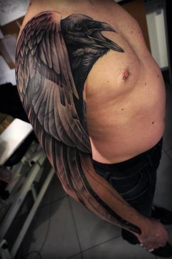 手臂很酷的黑乌鸦纹身图案