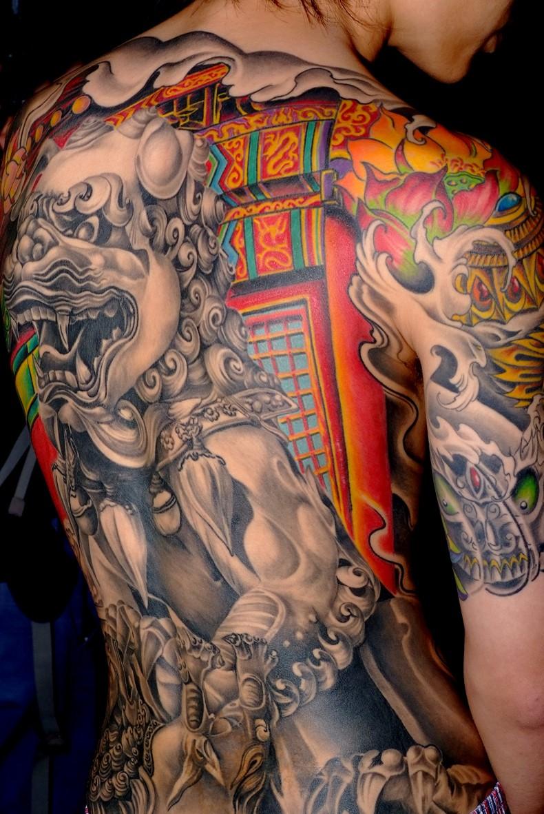 背部彩色大中華風格獅子紋身圖案