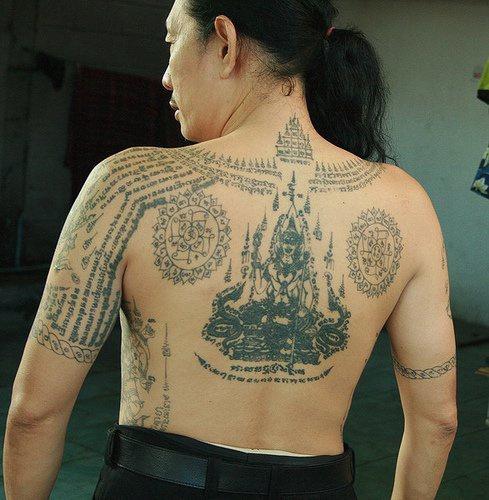 背部满背佛像与经文纹身图案