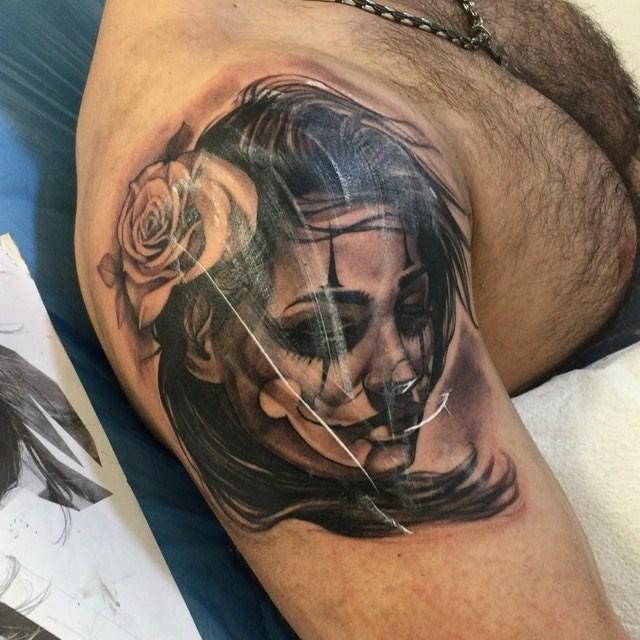 大臂黑色墨西哥风格女性肖像与玫瑰纹身图案