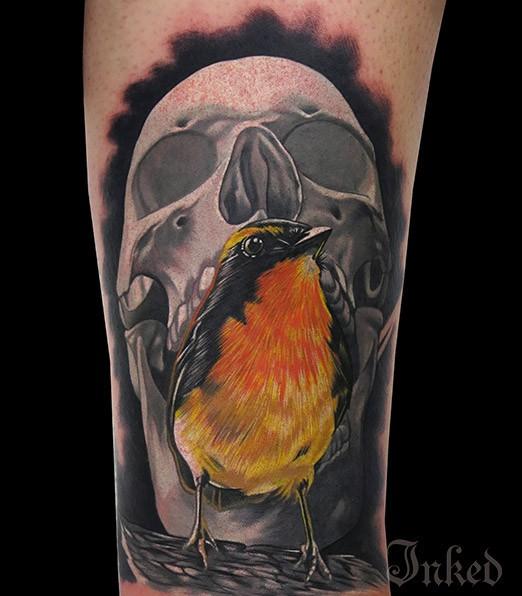 灰色骷髏與黃色的小鳥紋身圖案
