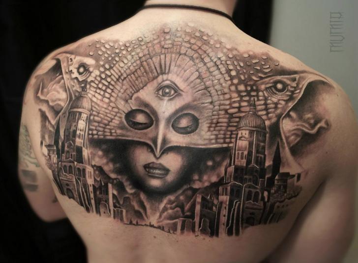 背部黑灰风格神秘女人面具和城市纹身图案