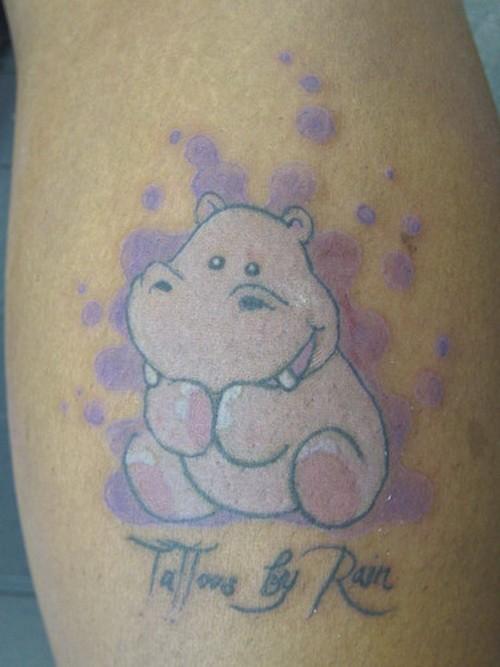 背部可愛的粉紅色河馬字母紋身圖案
