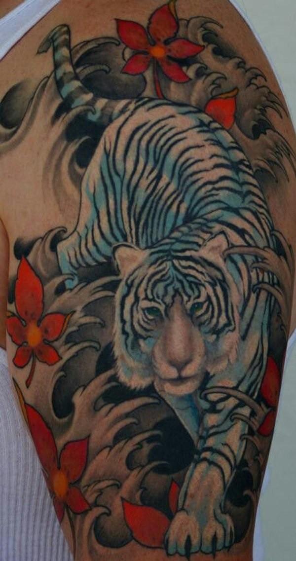 亚洲风格多彩的白虎与野花大臂纹身图案
