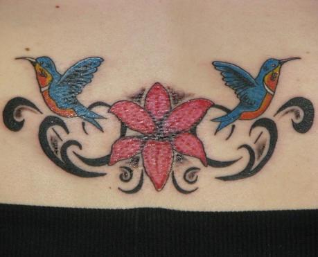 背部红色花朵和蜂鸟纹身图案