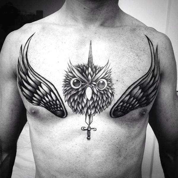 胸部黑白猫头鹰头与剑和翅膀纹身图案