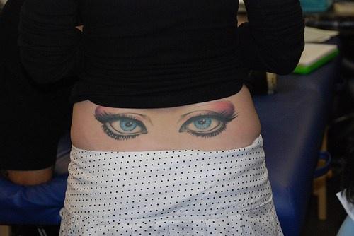 腰部美麗的眼睛彩色紋身圖案