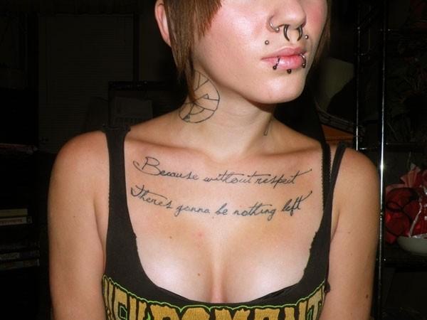 女性胸部精美的字母纹身图案