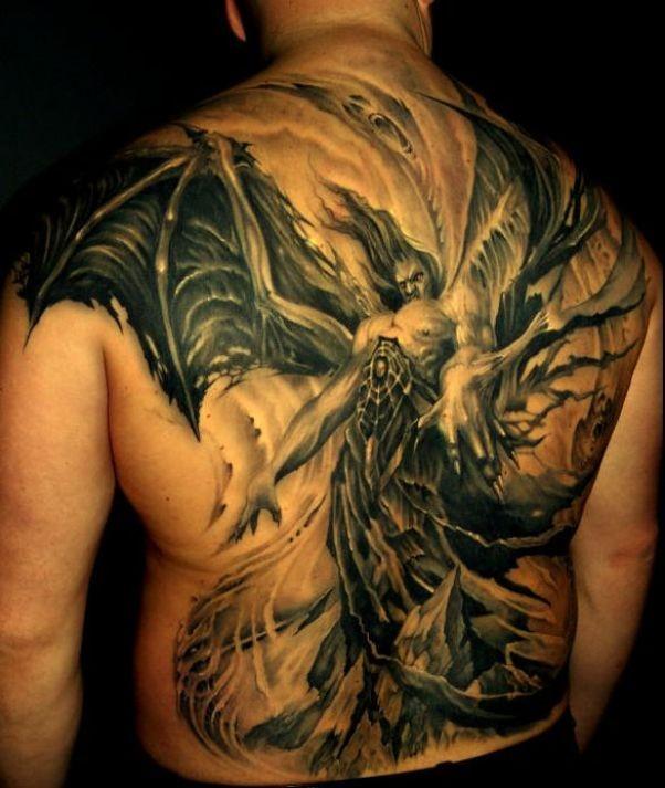 背部可怕的恶魔与巨大的翅膀纹身图案