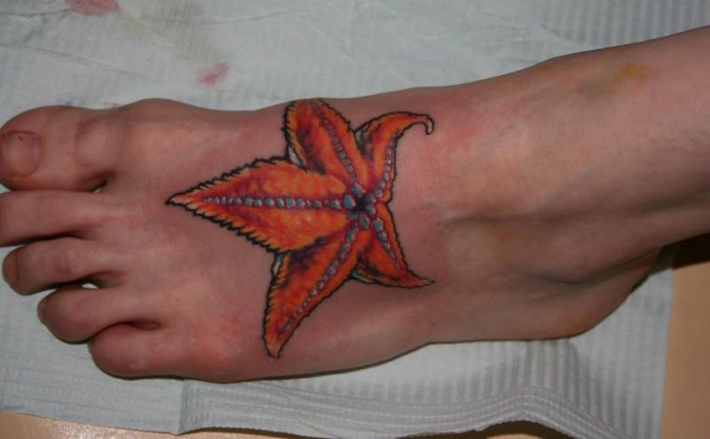 腳背橙色的離開形狀海星紋身圖案