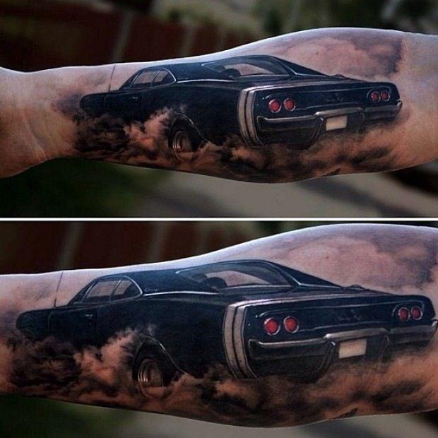 小臂写实的黑色汽车纹身图案